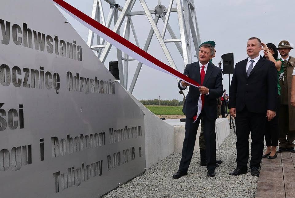 Marek Kuchciński odsłonił krzyż w Tuligłowach. Jarosław Kaczyński wzruszony
