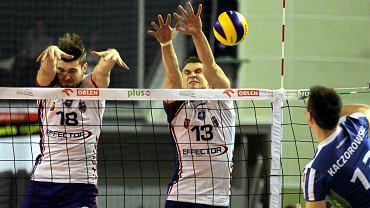 Dawid Dryja i Adrian Buchowski blokują atak Kaczorowskiego podczas meczu Effector Kielce - AZS Politechnika Warszawska