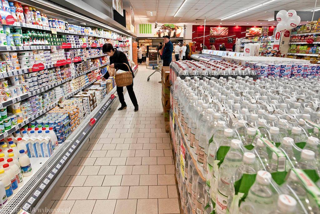 Sieć Mila się rozwija. W całej Polsce ma 188 sklepów, które pełnią funkcje warzywniaka, cukierni i sklepu mięsnego. - Na Miedzyniu, oprócz zmiany stoiska piekarniczo-cukierniczego, gdzie można kupić świeże pieczywo, klienci ujrzeli odnowione: ladę mięsno-wędliniarską, stoiska kasowe oraz samoobsługowe stoisko alkoholowe. Z okazji ponownego otwarcia odmienionego sklepu zaplanowaliśmy kampanię automobilową i liczne degustacje przygotowywane z produktów, będących w ofercie asortymentowej sieci - informuje Mila. Market przy ul. Nakielskiej 213 zaprasza od poniedziałku do soboty w godz. 6.30-21.30, a w niedziele między 10 a 19.30