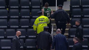 kibic Celtics wyprowadzany z hali przez bostońską policję
