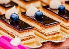 Sernik gotowany na herbatnikach - prosty deser bez pieczenia. Podpowiadamy, jak się za niego zabrać