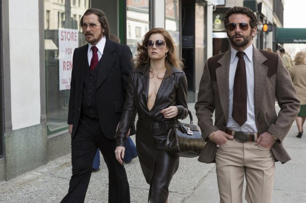 American Hustle Dramat, Kryminał, USA 2013; 138 minut Reżyser: David O. Russell Występują: Christian Bale, Amy Adams, Bradley Cooper, Jennifer Lawrence, Jeremy   Renner Dystrybutor: UIP Irving Rosenfeld (Christian Bale), Sydney Prosser (Amy Adams) and Richie Dimaso (Bradley Cooper) walk down Lexington Ave. in Columbia Pictures AMERICAN HUSTLE.Irving Rosenfeld (Christian Bale), Sydney Prosser (Amy Adams) and Richie Dimaso (Bradley Cooper) walk down Lexington Ave. in Columbia Pictures AMERICAN HUSTLE.CC