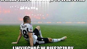 Legia Warszawa przegrała mecz w LE po samobójczym trafieniu Michała Kucharczyka. A że jest on już nieomal Grzegorzem Rasiakiem drugiej dekady XXI wieku, to internauci długo nie szukali tematu na memy