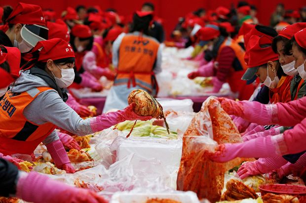 People make traditional side dish 'Kimchi' during the Seoul Kimchi Festival in central Seoul, South Korea, November 4, 2016.  REUTERS/Kim Hong-Ji     TPX IMAGES OF THE DAY