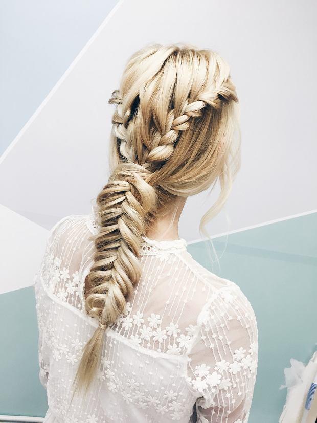 Warkocze od kilku sezonów są jednymi z najmodniejszych ślubnych fryzur