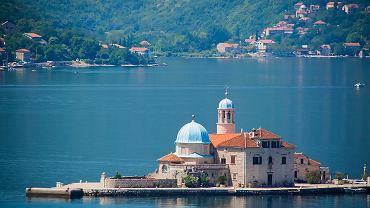 Czarnogóra jest ponad 20 razy mniejsza od Polski. Liczba atrakcji, która zmieściła się na tej małej powierzchni, jest doprawdy imponująca. Jest tu i morze, są i góry, a także - rezerwaty przyrody z unikatową florą oraz tysiącletnie starówki.// CZARNOGÓRA - ZATOKA KOTORSKA. To chyba najbardziej przyciągające miejsce w całej Czarnogórze. Krajobrazowo przypomina nieco skandynawskie fiordy. Bokę Kotorską (czyli zatokę) tworzy kilka mniejszych basenów. Najbardziej znane w okolicy miasto to średniowieczny Kotor z zabytkową starówką.