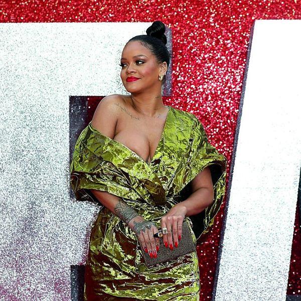 Rihanna w złotej sukni z kolekcji francuskiego domu mody Poiret na premierze filmu 'Ocean's 8', Londyn, czerwiec 2018 r.,