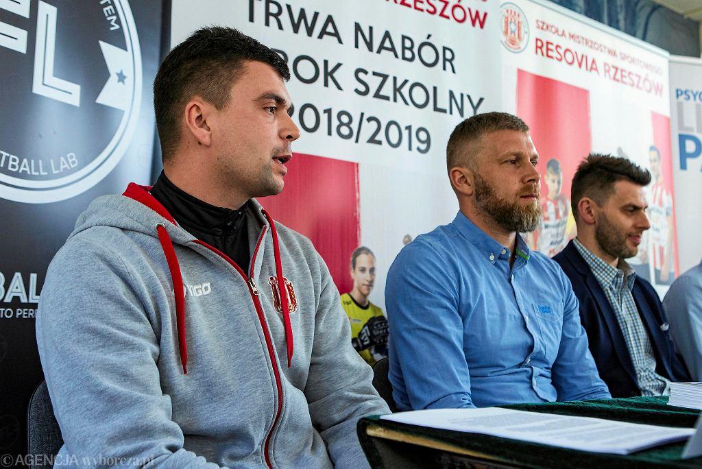 Bartłomiej Zalewski, trener reprezentacji Polski U-15 i U-17 (w środku)