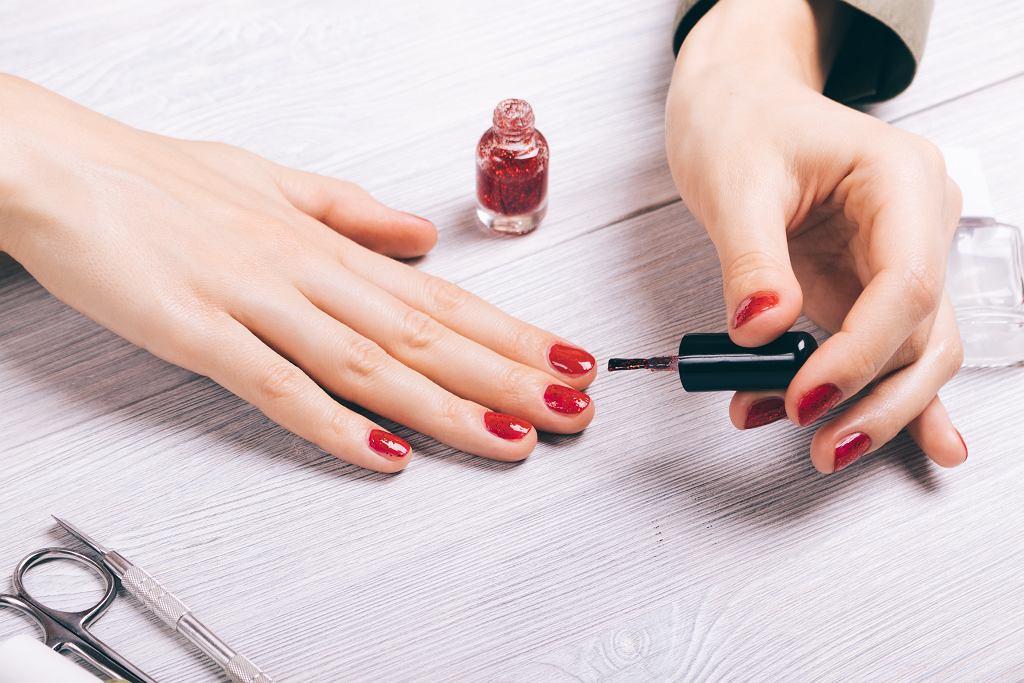 Jak malować paznokcie? Najważniejsze jest odpowiednie przygotowanie płytki paznokcia. Zdjęcie ilustracyjne