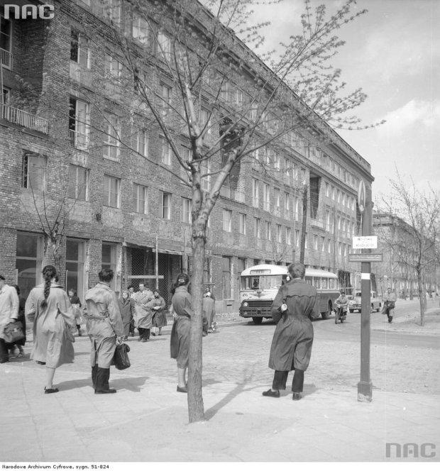 Wjazd na ówczesny plac Komuny Paryskiej (dziś: pl. Wilsona) od ul. Krasińskiego - widoczne bloki pod nr 10 i w tle z prawej nr 8. Na pierwszym planie na przystanku dla wsiadających stoją ludzie oczekujący na przyjazd autobusu. Widoczny autobus Chausson linii 118 nr boczny 456.