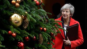 Premier Theresa May przed siedzibą rządu przy Downing Street w Londynie, tuż przed udaniem się do Izby Gmin na debatę poświęconą brexitowi, 4 grudnia 2018 r.