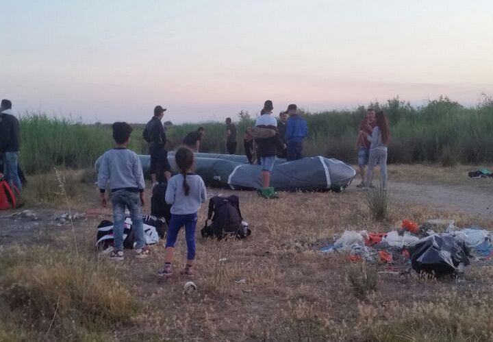 Turcja. Pompowanie pontonu przemytników ludzi przed próbą przepłynięcia do Europy.