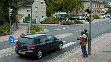 Przed wejściem na pasy zawsze należy zachować szczególną ostrożność. Nawet przy zielonym świetle