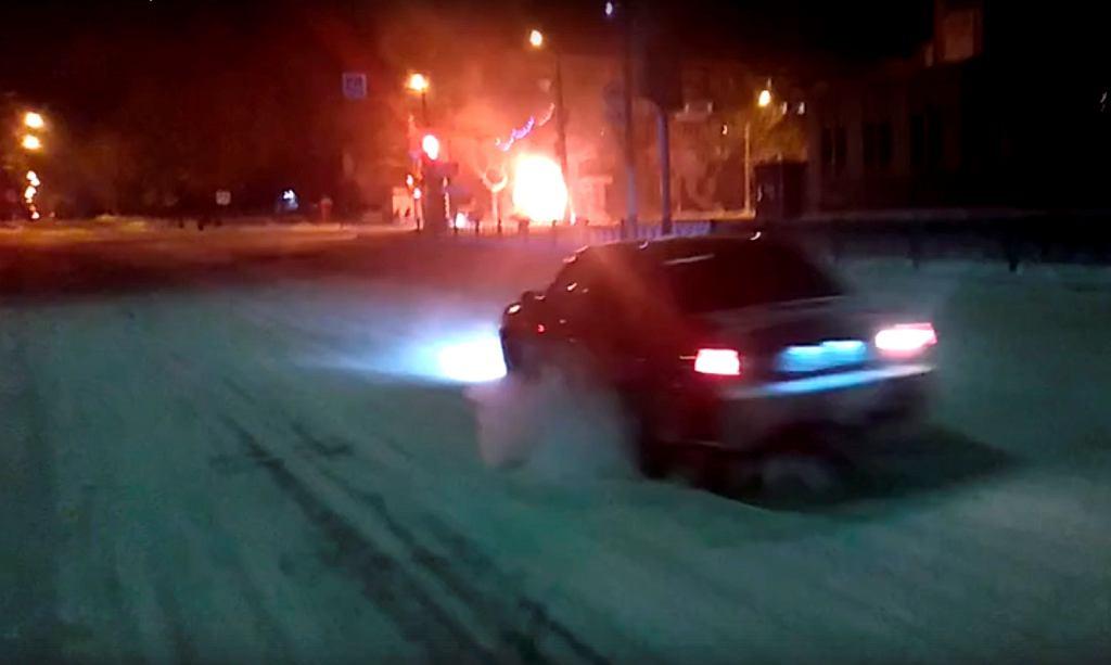 Kadr filmu przedstawiający eksplozję w mikrobusie w Magnitogorsku.