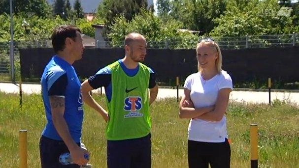 Katarzyna Kiedrzynek z Krzysztofem Kotorowskim i Łukaszem Trałką na treningu Lecha Poznań