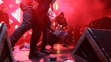 Nożownik Stefan W. obezwładniony na scenie.27. Finał WOŚP, Gdańsk, 13 stycznia 2019