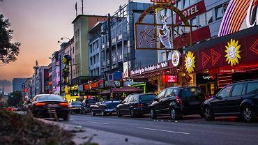 Reeperbahn - centralna ulica hamburskiej dzielnicy czerwonych latarni St. Pauli. Wzdłuż Reeperbahn są liczne kluby nocne, bary i dyskoteki