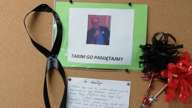 Tablica ogłoszeń w bloku komunalnym na Dolnych Młynach w Gdańsku