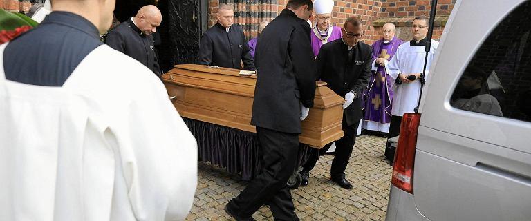 Pogrzeb abp. Juliusza Paetza w Poznaniu. Trumnę wyniesiono z katedry