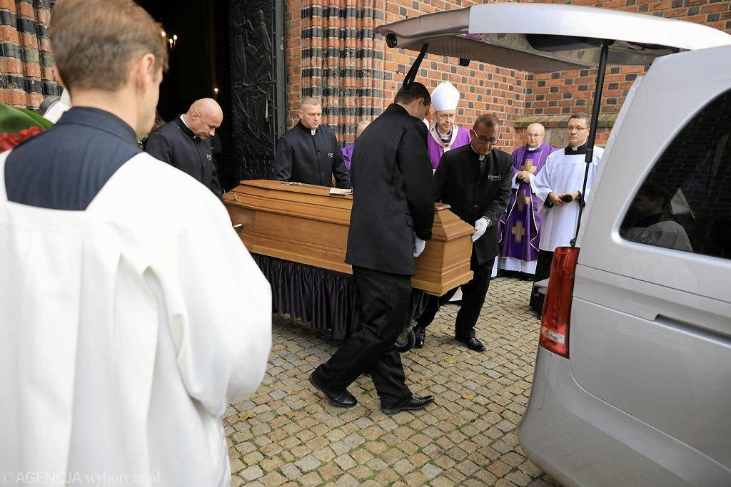 Trumna z ciałem abp. Juliusza Paetza wynoszona z katedry do karawanu