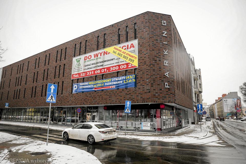 Dobra architektura została zasłonięta reklamami. Parking w Gliwicach  oszpecony