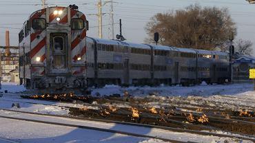 Amerykanie mogą podróżować pociągami, ale tu również są problemy, bo pod wpływem mrozu kurczą się tory i zamarzają zwrotnice. Aby temu zapobiec, pracownicy kolei muszą je podpalać, żeby je rozgrzać.