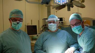 Lekarze z USK we Wrocławiu po przeprowadzeniu pionierskiej operacji
