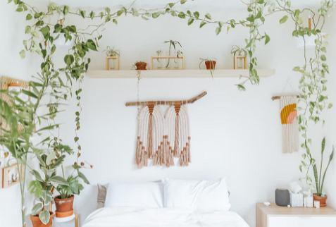Biało-brązowa tkanina w kwiaty na białym łóżku