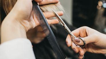 Odmładzające fryzury dla 60 latek. Te cięcia to hity, które wizualnie odejmą nawet 15 lat (zdjęcie ilustracyjne)