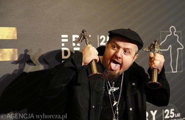 """Robert Cichy promuje nowy album. Teledysk do utworu """"Piach i wiatr"""" zostal nagrany telefonem, w czasie pandemii"""