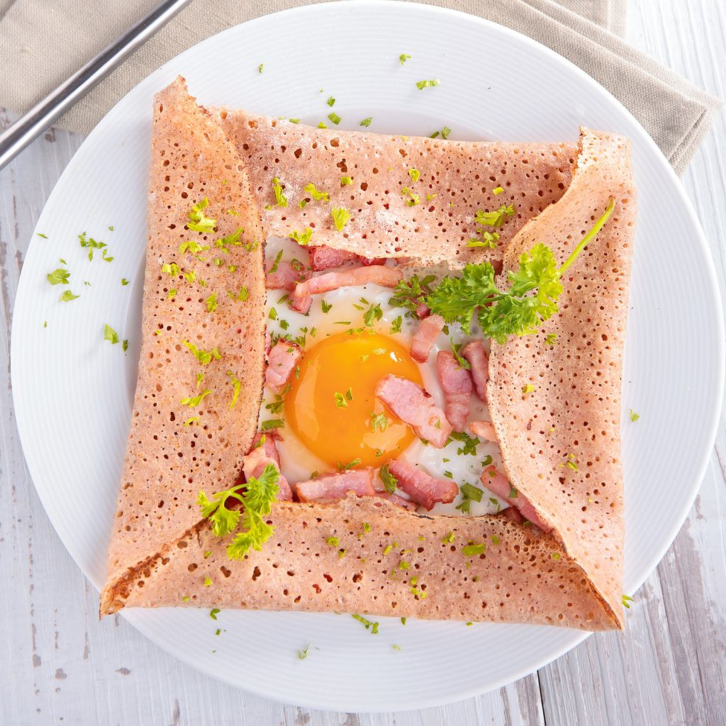 Naleśniki gryczane z jajkiem i szynką