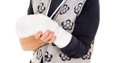 Złamanie kości nadgarstka częściej dotyka kobiety i wymaga unieruchomienia kończyny