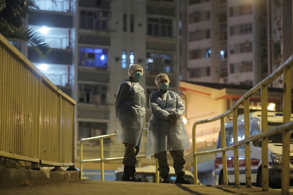 Epidemia koronawirusa. Personel szpitala w Hong-Kongu w ochronnych kombinezonach