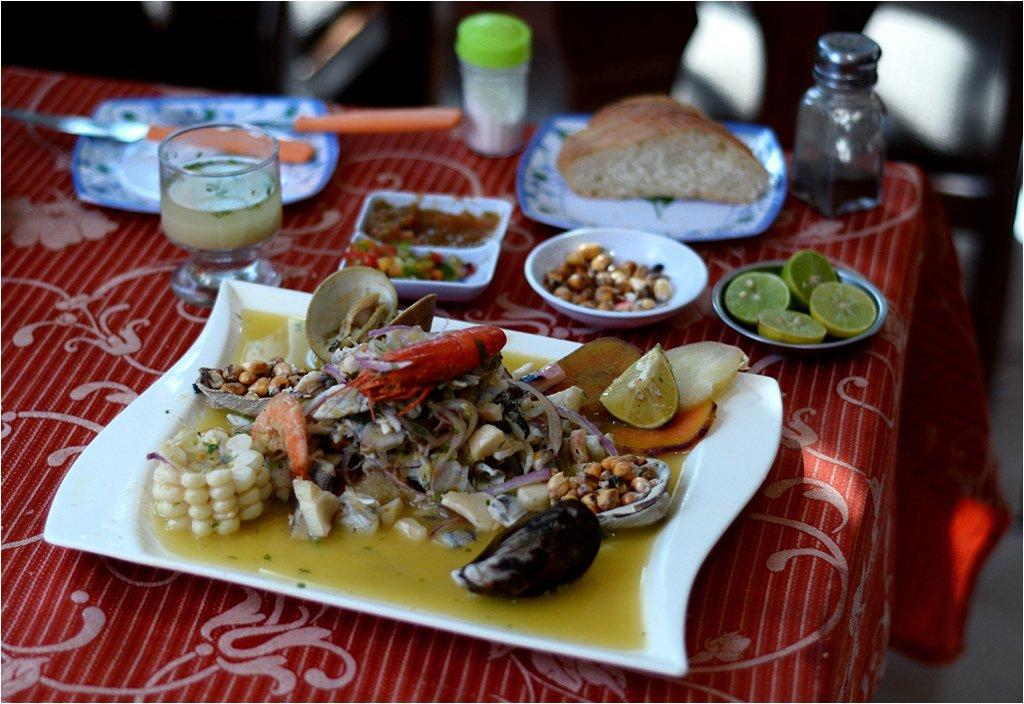 Cały zestaw ceviche - z tyłu kieliszek z leche de tigre/ Bogata wersja ceviche - oprócz ryby podane są też owoce morza/ Fot. Filip Faliński, www.stacjafilipa.pl