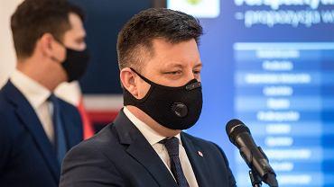 Szef KPRM Michał Dworczyk 'przywiózł na Dolny Śląsk deklaracje większych pieniędzy z UE. Opozycja oceniła, że to co zapowiedział, to propaganda.