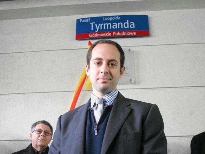 Matthew Tyrmand, syn pisarza Leopolda, podczas uroczystości nadania nazwy pasażowi Leopolda Tyrmanda w Warszawie