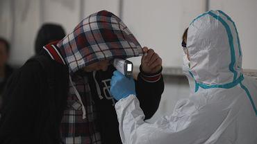 Przylot samolotu z Bergamo (ogniska epidemii koronawirusa). Służby badają pasażerom temperaturę i wydają 'karty lokalizacyjne'. Poznań, Lotnisko Ławica, 25 lutego 2019