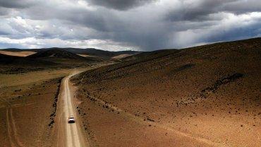 Ulewy i upały. Samotne ucieczki i awarie. Bezkresna pustynia i bezkresne niebo. Rajd Dakar zawsze rozgrywa się w pięknych okolicznościach przyrody, a tegoroczne zdjęcia z Argentyny również zapierają dech w piersiach.  Na zdjęciu Ronan Chabot z Francji podczas siódmego etapu rajdu