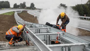 Do PPK nie ciągną tłumy... Na zdjęciu robotnicy podczas prac na budowie S17 na odcinku Garwolin - Ryki, 3 września 2019