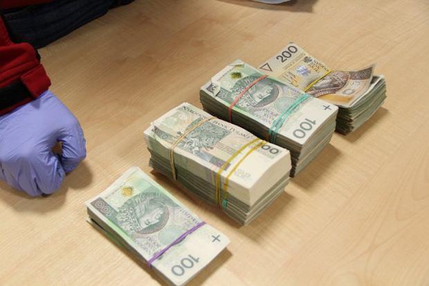 Policjanci zabezpieczyli między innymi marihuanę, kokainę oraz wagi elektroniczne, kilkaset torebek strunowych i ponad 100 tysięcy złotych.
