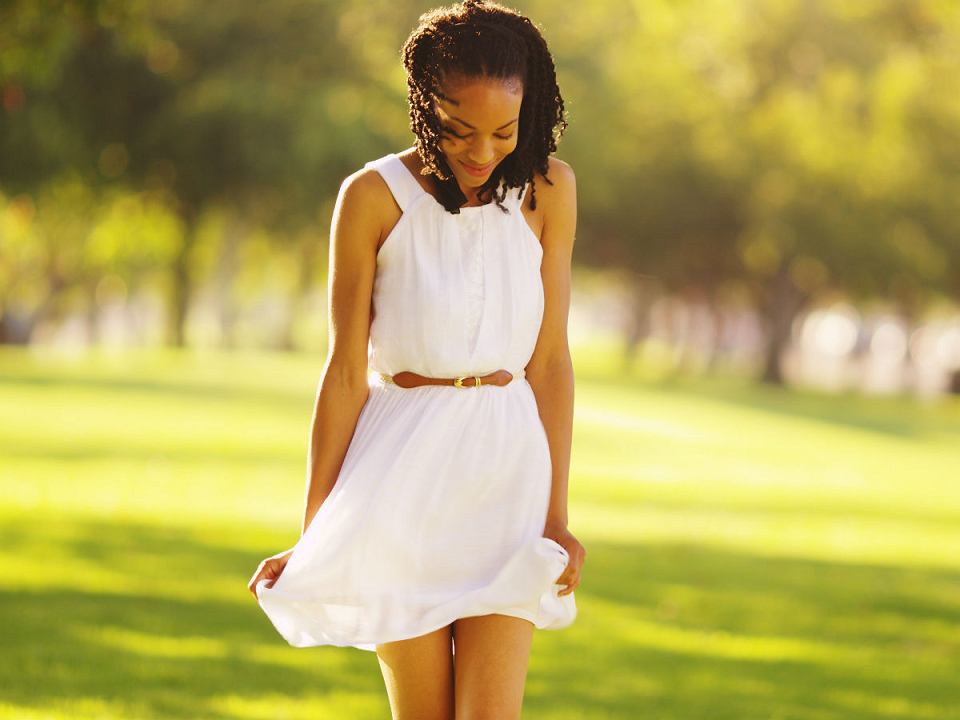 sukienka rozkloszowana biała