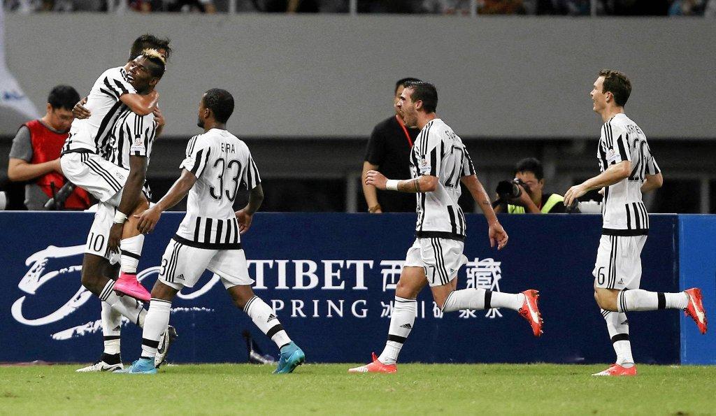 Superpuchar Włoch. Piłkarze Juventusu cieszą się z gola Paulo Dybali (z lewej)