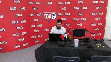 Adam Ozga w sopockim studiu Radia TOK FM