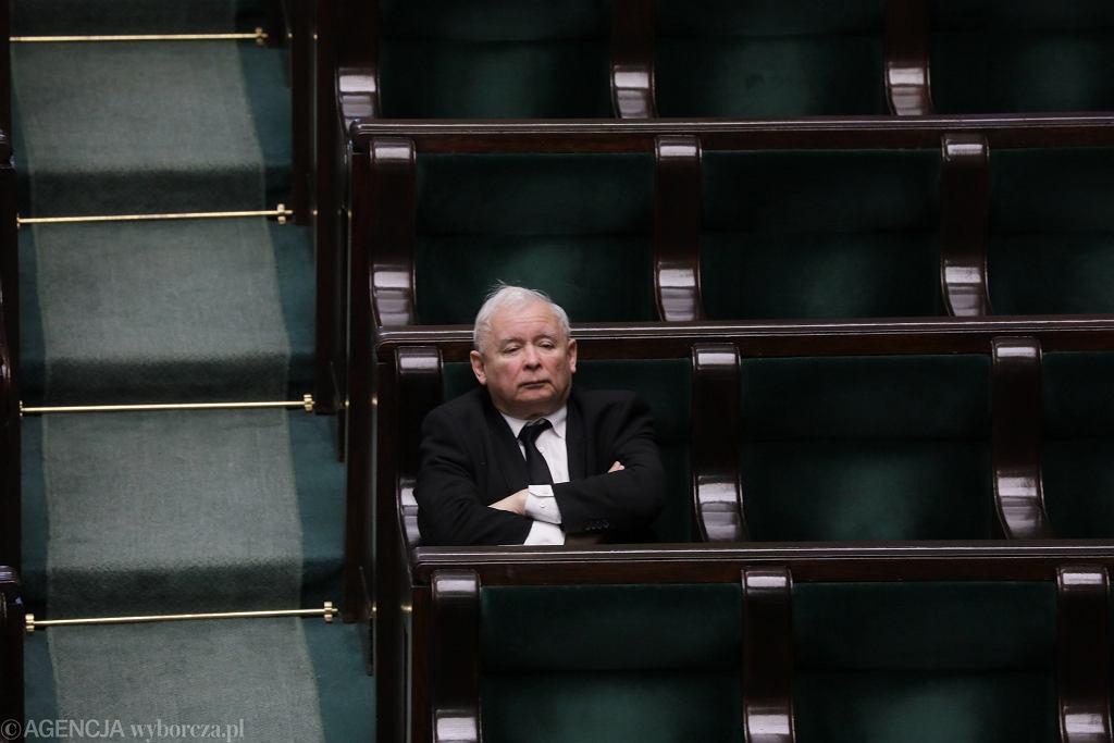 Prezes PiS Jarosław Kaczyński na sali plenarnej. Posiedzenie Sejmu w dobie pandemii koronawirusa, Warszawa, 27 marca 2020