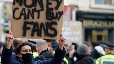 Jeden z tysięcy kibiców Chelsea protestujących przeciw Superlidze, w której założenia uczestniczył również jego klub