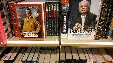 Książka Léona Degrelle'a 'Wiek Hitlera' w jednej z księgarni w centrum Warszawy