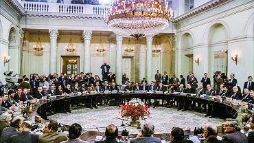 Warszawa, 6 lutego 1989 r. Sala Kolumnowa w gmachu Urzędu Rady Ministrów (dzisiejszego Pałacu Prezydenckiego). Pierwszy dzień obrad Okrągłego Stołu