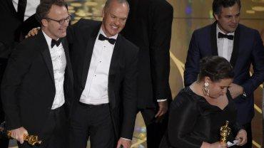 Tom McCarthy, w środku od lewej, Michael Keaton, w środku po prawej, odbierają Oscara dla najlepszego filmu