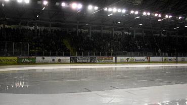 <b>Szaleństwo na lodzie </b></p> Miejski Ośrodek Sportu i Rekreacji w Sosnowcu nie zapomniał o mieszkańcach, którzy lubią aktywnie spędzać święta.  Wielbiciele jazdy na łyżwach będą mogli skorzystać ze ślizgawki, która odbędzie się na stadionie zimowym w poniedziałek (26 grudnia) w godzinach 20-21. </p> Czynne będzie również lodowisko przed urzędem miejskim. W świąteczną niedzielę i poniedziałek ślizgać będzie można się od godziny 14 do 21. Przy obiekcie czynna jest wypożyczalnia łyżew, a wstęp (bez czasowych ograniczeń) kosztuje 2 zł.