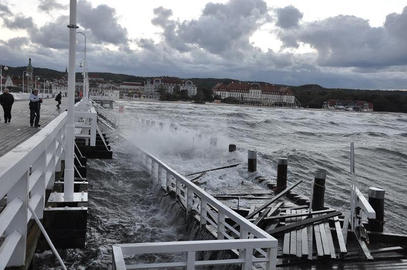 Sztormowe fale zniszczyły dolny pomost mola w Sopocie.